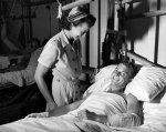 pielęgniarka przy łóżku pacjenta